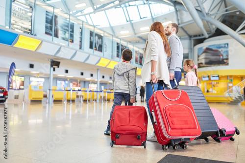 Fototapeta  Familie und Kinder im Flughafen warten auf Abflug