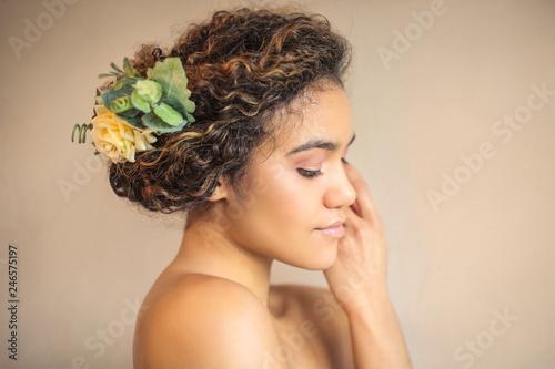 Foto  Beautiful young woman posing