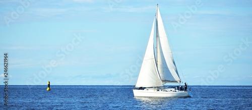 Jacht żaglowy w spokojnej wodzie w zatoce Ryskiej