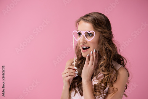 Photo In love woman seeing through rose coloured glasses