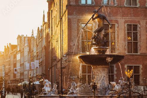 Obraz Polska, Gdańsk, słynna fontanna Neptuna o zachodzie słońca. Słynny cel podróży w Europie - fototapety do salonu