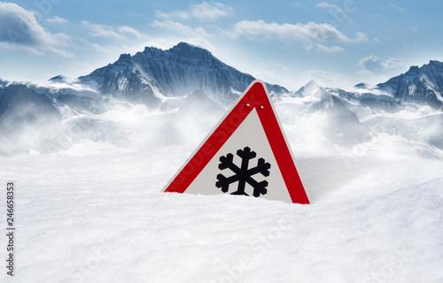 Fotografía  Verkehrsschild versinkt im Schnee