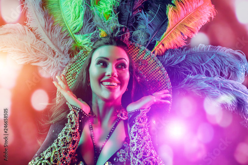 Photo Beautiful young woman in carnival peacock costume