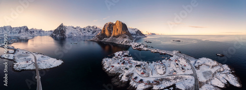 Fotografia Panorama aerial view of archipelago of arctic ocean with fishing village in wint
