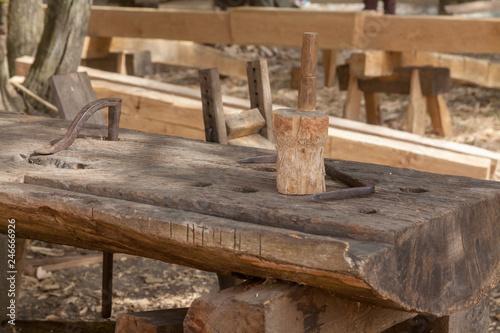 Valokuva  Outils du charpentier - maillet sur établi