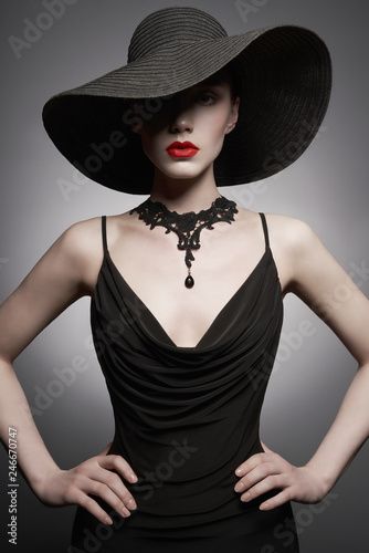 Foto op Plexiglas womenART portrait of young lady with black hat and evening dress