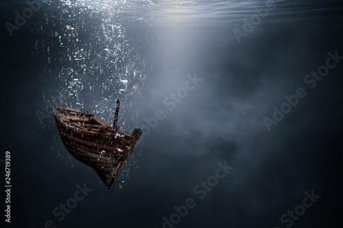 Fotografia Wooden boats are sinking under the sea.