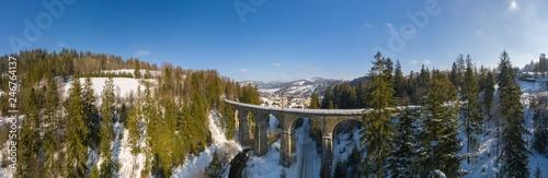 Panoramiczny widok na góry zimą. Wiadukt kolejowy w Wiśle Glebce. Widok z góry. Zdjęcie krajobrazu zrobione dronem. Beskidy Śląskie, Polska, Europa.