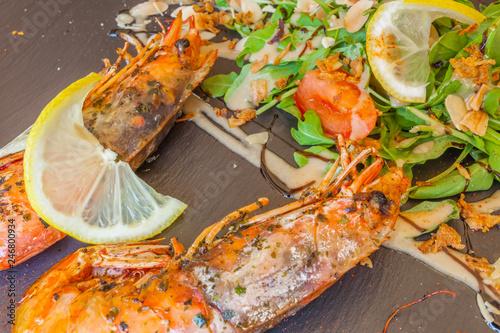 gambas grillées et salade aux amandes