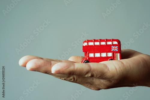 In de dag Centraal Europa man with a londoner red double-decker bus