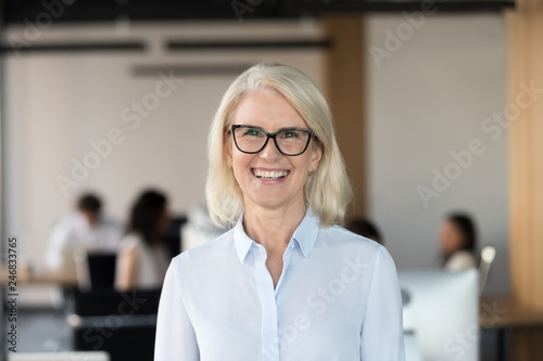 Photo  Cheerful senior businesswoman in glasses looking at camera, happy older team lea