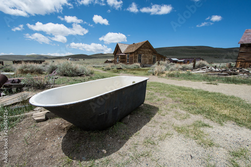 Foto  Old abandoned bathtub sitting in the desert at Bodie Ghost Town in California