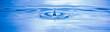 canvas print picture - Wassertropfen fallen in das blaue Wasser mit wellen