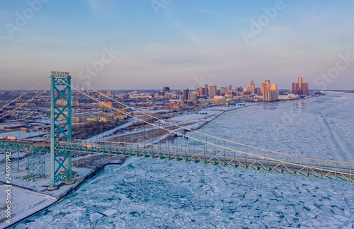 Photo Detroit skyline and Ambassador Bridge