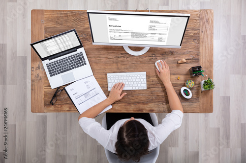 Fotografía  Businesswoman Checking Invoice On Computer