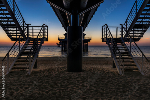Obraz Unter der Seebrücke Heringsdorf auf der Insel Usedom - fototapety do salonu