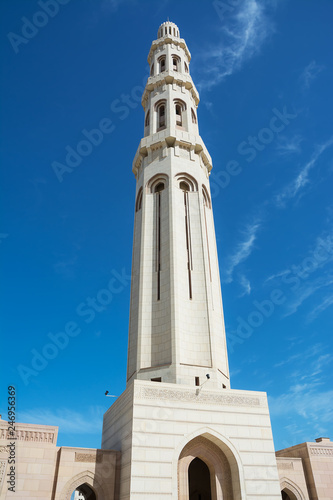 Fotografia  Minaret of the Muscat Grand Mosque silhouetted in the blue sky