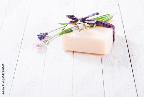 Photo  soap bar and lavender flowers on white wood table background