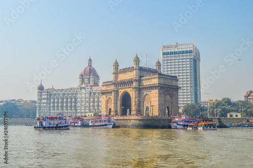 Photo Beautiful Gateway of India near Taj Palace hotel on the Mumbai harbour with many