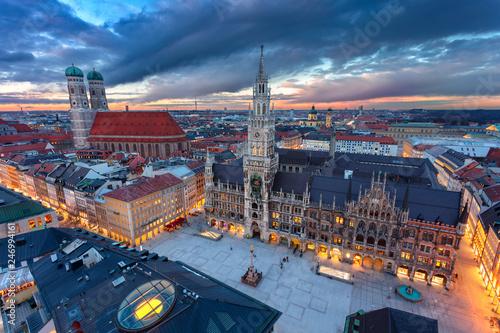 Fototapeta premium Monachium. Zdjęcie lotnicze miasta miasta Monachium, Niemcy z Marienplatz podczas zachodu słońca.