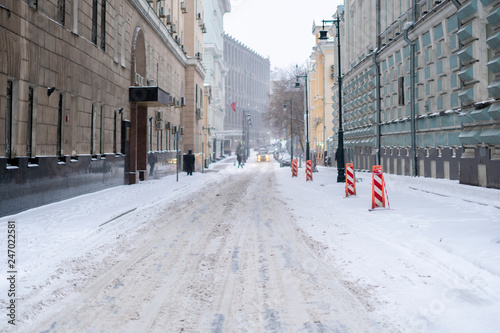 Photo Stands New York wnter urban side street. foggy day. deserted side street snowfall in winter city f