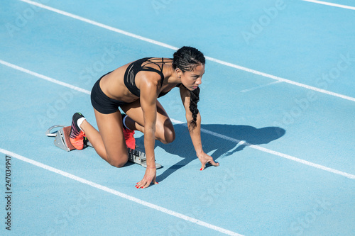Photo athlete woman in starting position