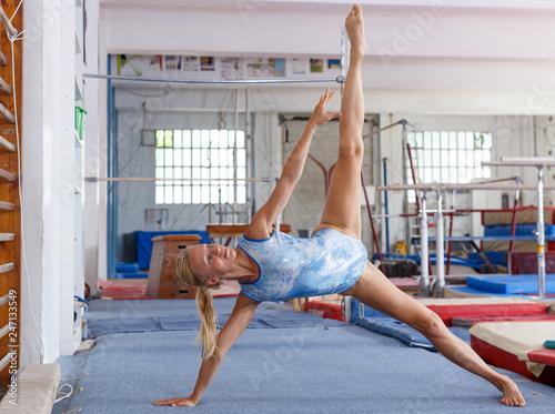 Montage in der Fensternische Gymnastik Woman doing acrobatics exercises