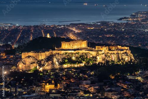 Blick auf den Parthenon Tempel der Akropolis von Athen, Griechenland, am Abend