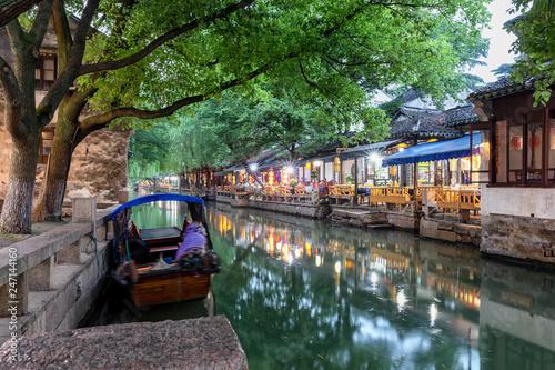 Foto op Canvas Asia land Promenade mit Restaurants und Bars an den Kanälen der Wasserstadt Zhouzhuang am Abend in China, bei Shanghai