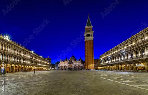 Noc widok bazylika Di San Marco i dzwonnica na piazza San Marco w Wenecja, Włochy. Architektura i punkt orientacyjny Wenecji. Nocny pejzaż Wenecji.
