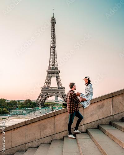 para mężczyzn i kobiet obserwujących wschód słońca przez Wieża Eiffla w Paryżu, Wieża Eiffla w Paryżu