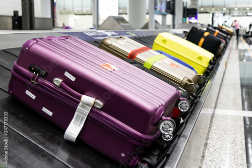 Fotografia Baggage luggage on conveyor carousel belt at airport arrival