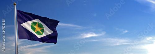 Bandeira do Mato Grosso subir acenando para o vento com o céu ao fundo Fototapeta