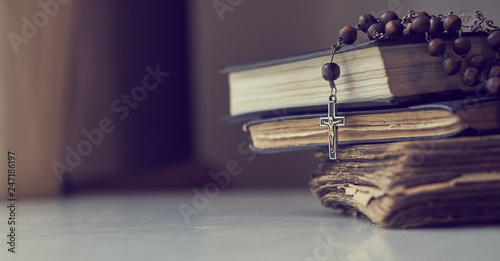 Photographie The rosary beads on Catholic Church liturgy books.