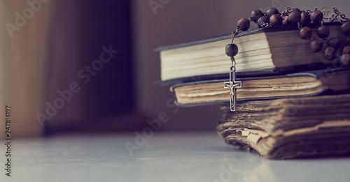 The rosary beads on Catholic Church liturgy books. Billede på lærred