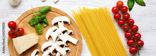 Składniki dla kulinarnego makaronu na białym drewnianym tle. Widok z góry. Leżał płasko. Z góry, nad głową.
