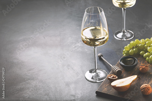 Fotografía  Glass of white wine on vintage wooden table.