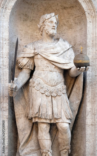 Photographie  Statue of Charles the Great on the facade of Chiesa di San Luigi dei Francesi -