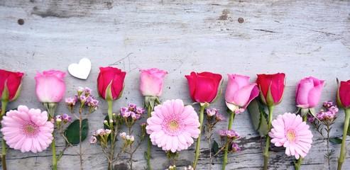 Rosen und Gerbera auf Holz ...