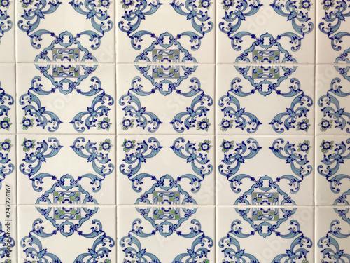 Fotografía  Traditional ornate portuguese decorative tiles in blue and white geometric patte