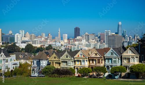 Photo  San Francisco, California cityscape at Alamo Square.