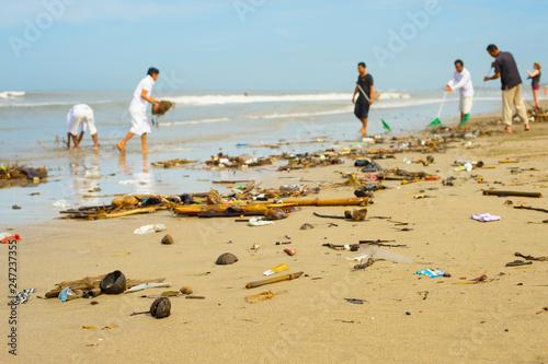 Fotografía  people cleaning ocean beach plastic