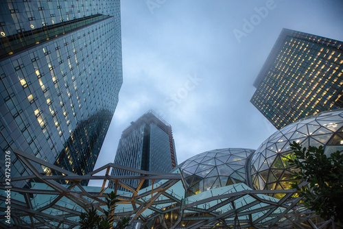 Fotografia  View of Amazon the Spheres at its Seattle headquarters and office tower in Seatt