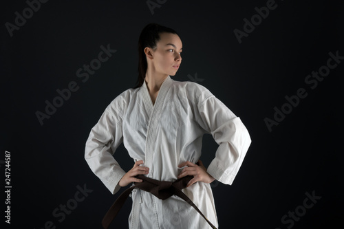 Obrazy Sztuki Walki  young-woman-dressed-in-traditional-kimono-practicing-her-karate-moves