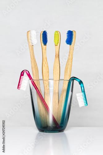 Stickers pour porte Pierre, Sable Zahnbürsten aus Plastik und Bambus isoliert auf weißen Hintergrund