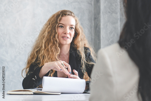 Photo Friendly business woman interviewing new applicant candidate for marketing team staff for her team in the meeting room