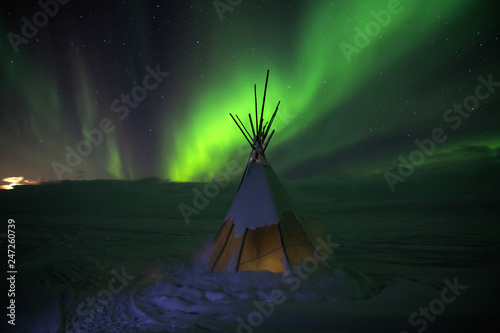 Aurora borealis lights at night in white snow tundra, Russia, North Fotobehang