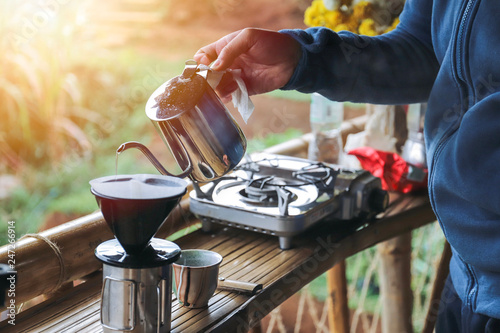 La pose en embrasure Camping close up hands drip coffee with morning light