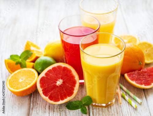 Obraz na płótnie Glasses of juice and citrus fruits