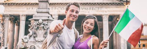 Fototapeta premium Włochy podróżują turystów panoramiczny sztandar pary ludzi w Panteonie w Rzymie odwiedzającym słynny punkt orientacyjny. Europa lato wakacje panorama wakacje.